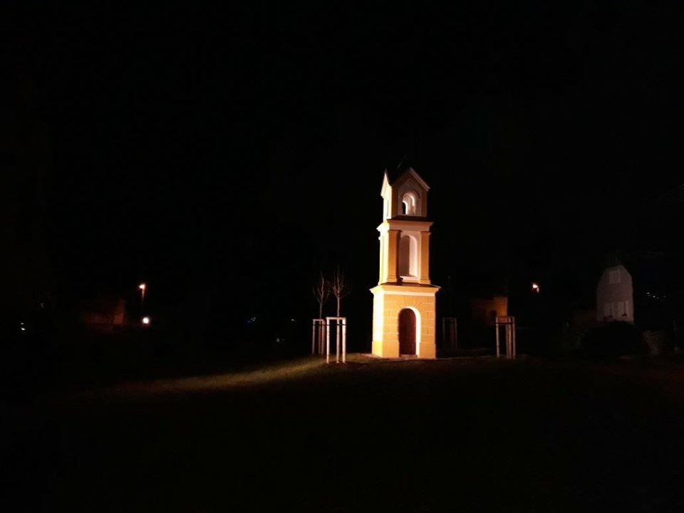 kaplička v noci